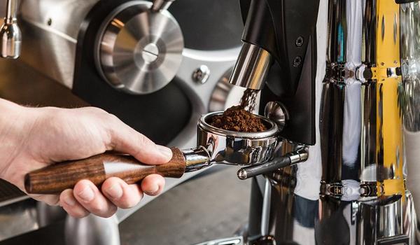 Máy xay cà phê là một sản phẩm nên có của những tín đồ cà phê